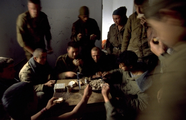 Russian soldiers eating Chechnya war chechen rebels fighters terrorists North Caucasus